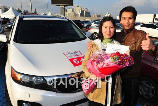 이동민, 임옥빈씨(오른쪽부터)가 19일 열린 2011 아시아경제 연비왕에서 환경부장관상을 수상했다. 자신의 차량앞에서 우승을 기념하고 있다.