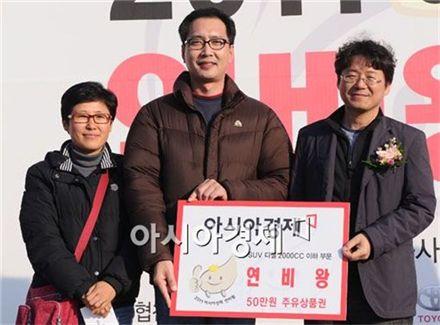 국산 RV&SUV 2000cc 이하 부문에서 1위를 차지한 김응남(가운데), 박미선(왼쪽)씨가 포즈를 취하고 있다.