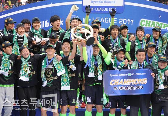 2012년 K리그가 오는 3월3일 전북-성남의 개막전을 시작으로 9개월의 대장정에 들어간다. 사진은 전북이 지난시즌 우승을 차지한 뒤 환호하는 모습. 정재훈 사진기자