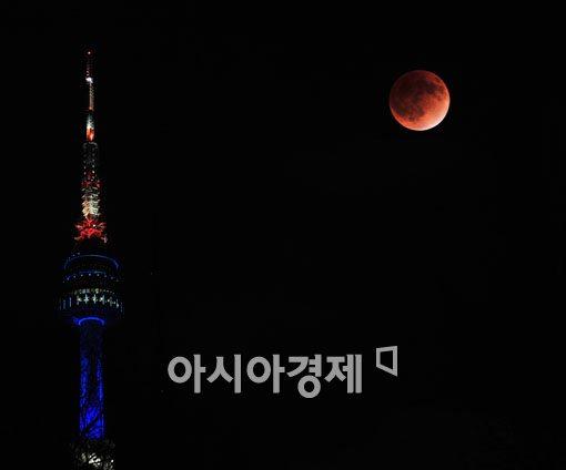▲남산타워와 개기월식.