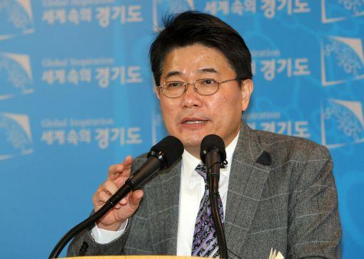 김용삼 경기도 대변인이 20일 경기도청 브리핑룸에서 경기도 현안에 대해 브리핑을 하고 있다.