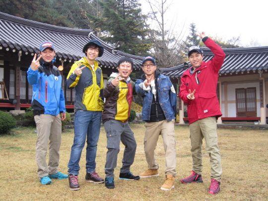"""Members of """"1 Night, 2 Days"""" (from left to right: Uhm Tae-woong, Lee Seung-gi, Lee Su-geun, Eun Ji-won, Kim Jong-min) [KBS]"""