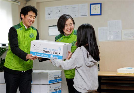 코오롱사회봉사단 서창희 총단장과 임직원이 지역아동센터를 방문해 입학을 앞둔 초등학생에게 신학기 용품 등이 담긴 드림팩(Dream Pack)을 전달하고 있다. (가운데 서창희 코오롱사회봉사단 총단장)