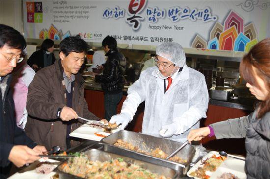 이동진 도봉구청장이 직원들 점심 배식을 하고 있다.