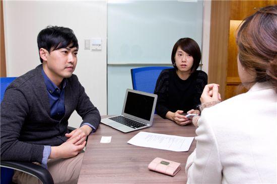 """지난 20일 역삼동 사무실에서 만난 팟게이트 공동 창업자 박무순 사장(왼쪽에서 첫번째)과 안소연 이사(두번째)는 """"올해는 일본, 중국 애플리케이션 시장에 팟게이트를 출시하는 등 해외로 진출하는 원년으로 삼겠다""""고 말했다."""