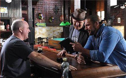 영화 '인사이드 아웃'(2011년작)에서 주인공으로 열연한 트리플H(오른쪽)