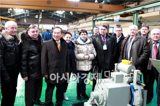 공창석 승안원 원장(좌측 세 번째)과 러시아 대표단이 8일 인천주안공단에 위치한 나우테크를 방문해 현장을 둘러보고 제품 설명을 듣고 있다.
