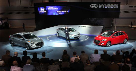 존 크라프칙 현대차 미국판매법인 사장이 엘란트라 쿠페와 엘란트라 GT를 소개하고 있다.