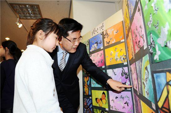 유덕열 동대문구청장이 방과후 학교 작품전시회에 참석, 어린이와 대화를 나누고 격려하고 있다.