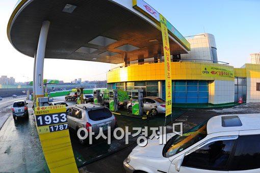 [포토] 주유하려 줄 선 차량들