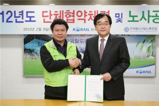 정창영(오른쪽) 코레일 신임사장과 한국철도산업노동조합 위원장이 단체협약을 맺은 뒤 악수하고 있다.