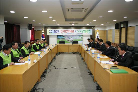 코레일과 한국철도산업노동조합 임원진들이 단체협약을 맺고 있다.