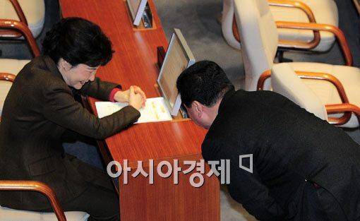 [포토] 박근혜 비대위원장과 이야기 할땐 공손히..
