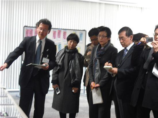9일 박원순 서울시장이 도쿄 대심도인 '칸다가와 환상7호선 지하조절지'를  방문해 중앙제어장치센터에서 일본 담당자의 이야기를 듣고 있다.