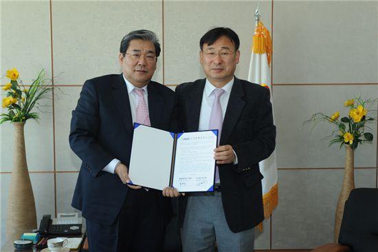 박한규(왼쪽) 황해경제자유구역청장과 투자회사 대표가 투자양해각서를 펼쳐보이고 있다.
