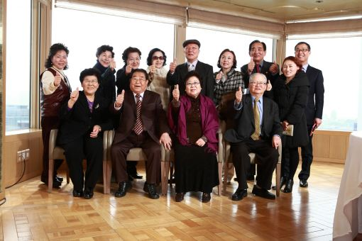 IBK기업은행 광고모델인 송해 씨와 고객들이 오찬을 함께 한 후 기념촬영을 하고 있다.