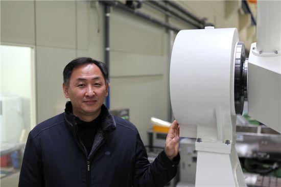 손영수(기계연구원 로봇메카트로닉스연구실) 박사가 개발한 SLR 추적마운트를 설명하고 있다.