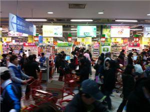 4일 오후 서울 강서구 등촌동 홈플러스 매장은 장을 보기 위한 사람들로 인산인해를 이뤘다. 장을 본 고객들이 계산을 하고 있다.