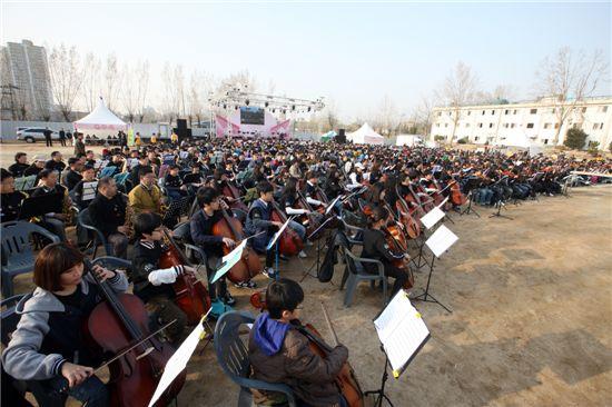 지난해 열린 구민하모니오케스트라단이 연주하는 모습.