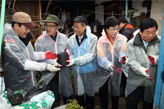 송명재 한국방사성폐기물관리공단 이사장이 지난 연말 소외계층에 연탄 나르기 봉사를 하는 모습.