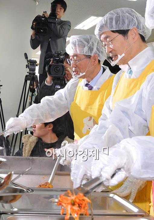 [포토] 점심 나눠주는 박원순-곽노현