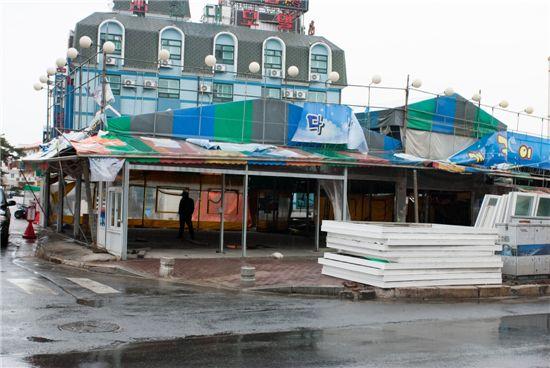 보령시 대천해수욕장에서 불법영업 중이던 조개구이집들이 5일 철거됐다. 사진은 철거장면.