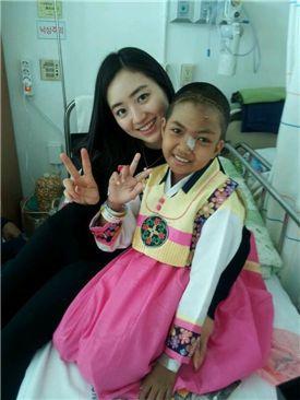 ▲퇴원 전 병실에서 인도네시아 소녀 루미와 카페베네 청년봉사단 3기 김지은 단원.