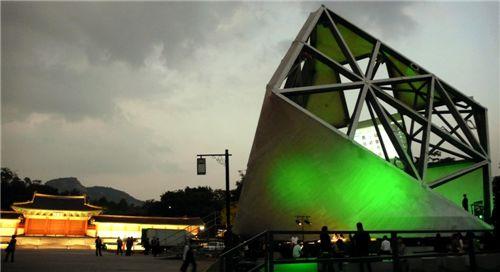▲ 프라다와 렘 콜하스와의 협업, 2009년 경복궁에 설치된 회전형 건축물 프라다 트랜스포머