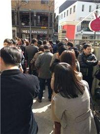 ▲ 한 커뮤니티 게시판에 올라온 21일 신사동 가로수길 인앤아웃버거 무료 시식회 현장 사진