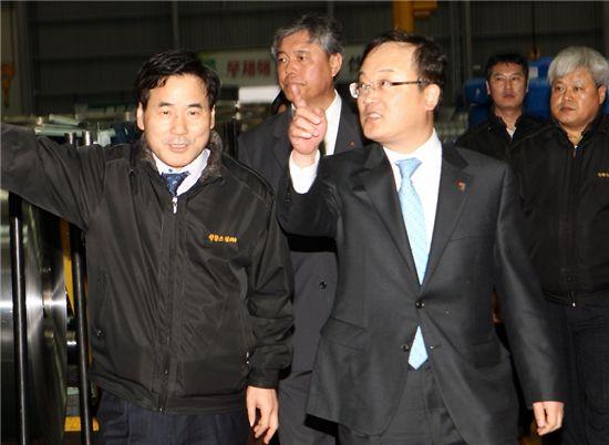 지난달 박철규 중소기업진흥공단 이사장(앞줄 오른쪽)이 경주소재 원창스틸을 방문해 대화를 나누고 있다.