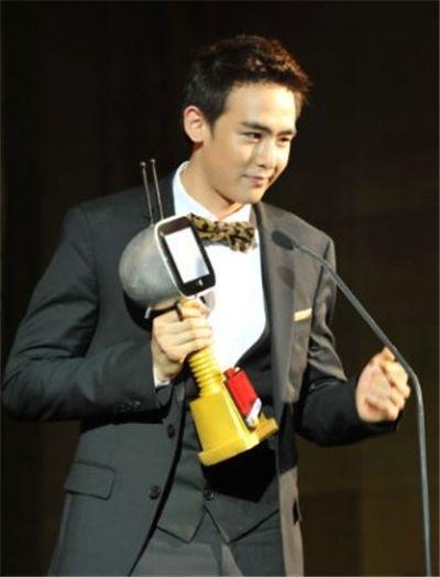 ▲ 2PM 닉쿤이 태국 '커드 어워드'에서 대상을 수상, 소감을 전하고 있다. (사진제공=JYP)