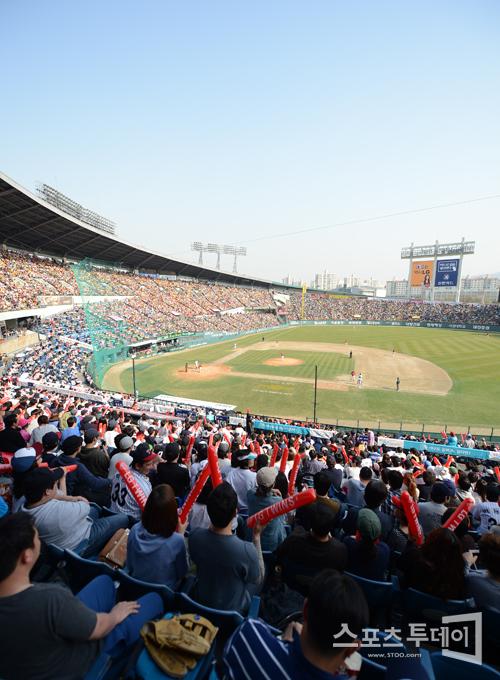 [포토] '봄날의 야구를 좋아하세요?'