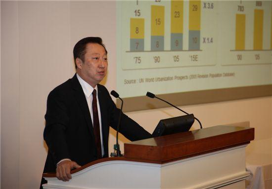 ▲박용만 두산 회장이 14일(현지시간) 미국 보스턴 하버드대 경영대학원(비즈니스스쿨)에서 열린 '아시아 비즈니스 콘퍼런스'에서 두산의 변화를 주제로 강연하고 있다.