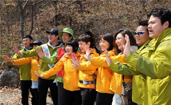 산불방지캠페인을 펼치고 있는 이돈구(왼쪽에서 4번째) 산림청장과 산림청홍보대사들