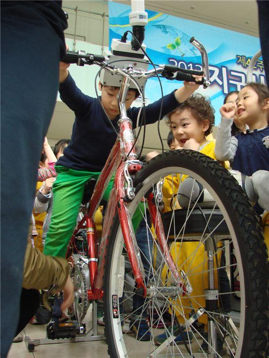 지구의 날 행사 자전거 페달 밟기