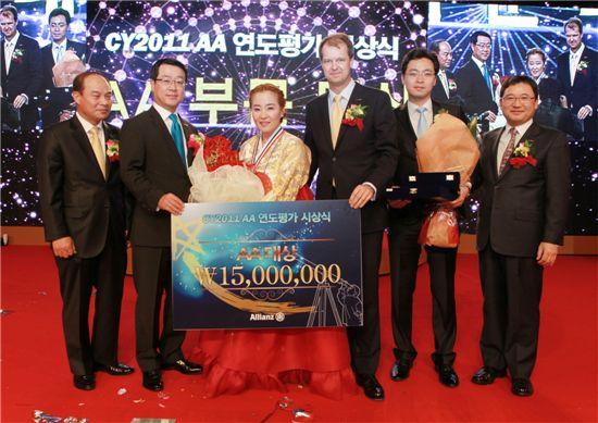 정문국 알리안츠생명 사장(왼쪽 두번째), 대상을 차지한 김주숙 청진지점 설계사(왼쪽 세번째) 등 회사 관계자들이 2011연도대상 시상식에서 포즈를 취하고 있다.
