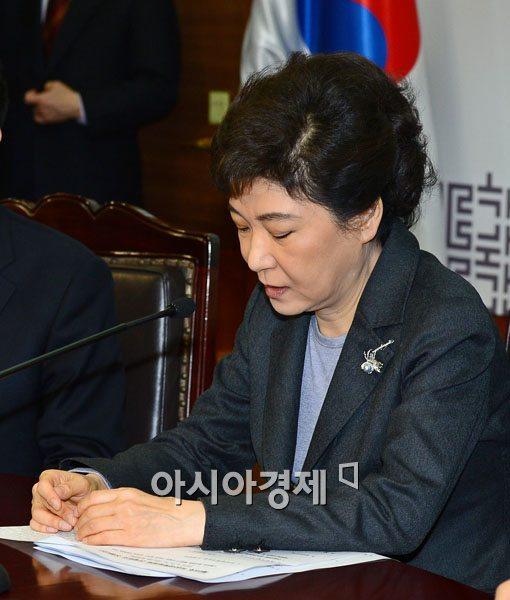 [포토] 메모 보면 발언하는 박근혜 위원장
