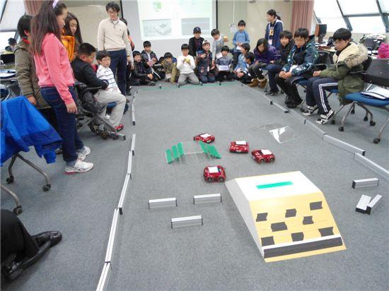 지난 겨울방학 때 열린 '과학영재캠프'에서 참가학생들이 스마트폰을 이용한 로봇경연대회를 벌이고 있다.