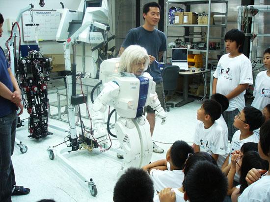 지난해 여름방학 과학영재캠프 때 카이스트의 로봇휴보를 만나는 학생들.
