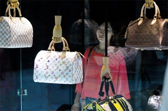 ▲중국인들의 명품 사랑은 대단하다. 한 중국인이 넋을 놓고 쇼윈도에 진열된 루이비통 가방을 바라보고 있다.
