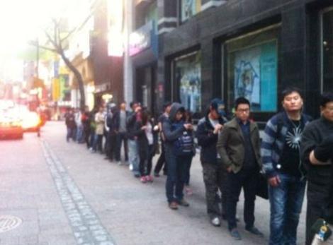 프리스비 명동점이 트위터에 공개한 20일 뉴아이패드 구매행렬.
