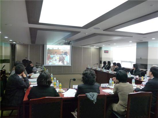 지난 3월22일 은평구 관내 각급 학교 관계자들이 지역사회교육전문가 지원사업 설명회에 참여하여 설명을 듣고 있다.