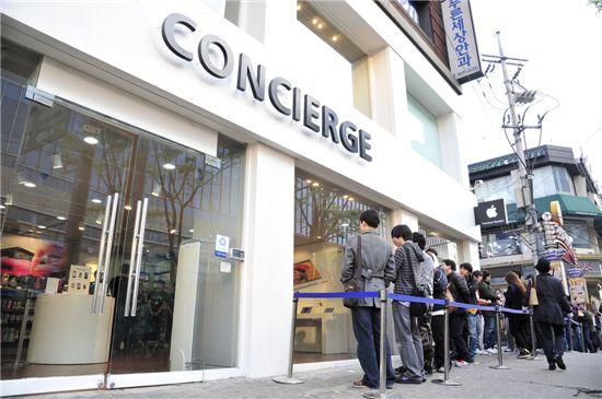 애플 뉴아이패드를 구입하기 위해 20일 이른 새벽부터 컨시어지 건대점을 방문한 고객 200여명이 줄지어 서서 매장 오픈을 기다리고 있는 모습.