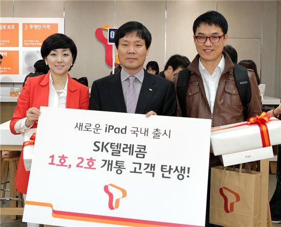 SKT, 강남직영점서 뉴아이패드 1호 개통자 탄생
