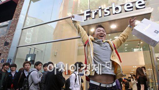 [포토] 기뻐하는 뉴아이패드 구매자