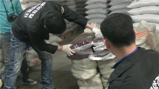 태안해경이 충주시에 있는 중국산농산물 보관창고에서 불법으로 들여온 농산물을 압수하고 있다.