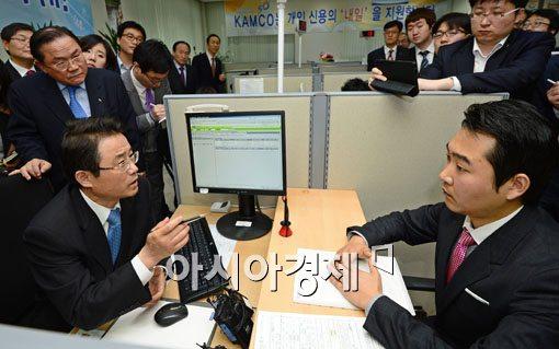 [포토] 불법 사금융 피해 상담하는 권혁세 원장