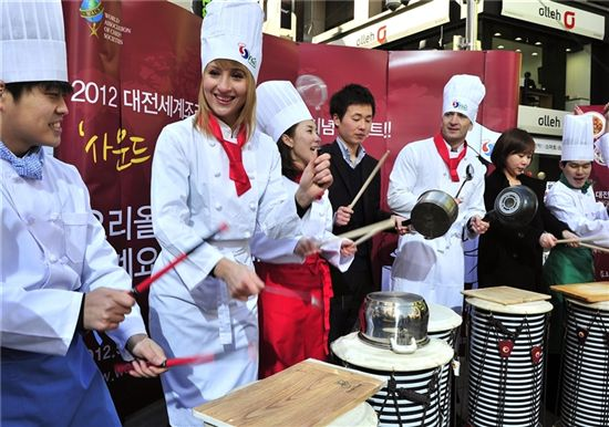 전 세계 유명 셰프, 소믈리에들이 다음 달 대전에 모인다. 이들은 5월1일부터 12일까지 열리는 '2012대전세계조리사대회'에서 자신들의 실력을 맘껏 뽐내는 요리경연대회를 펼친다.