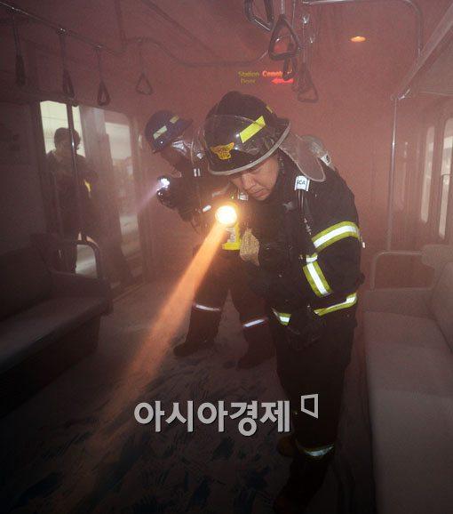 [포토] 화재 진압하는 소방대원들
