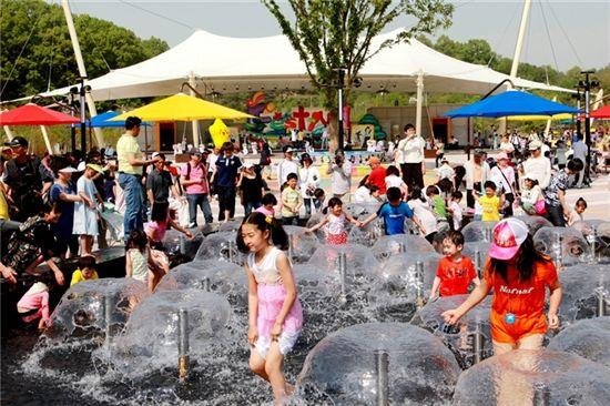 중부권 최대 테마공원인 '대전오월드'가 5월5일 개장 10년이 된다. 사진은 플라워랜드 분수대에서 뛰노는 어린이들 모습.
